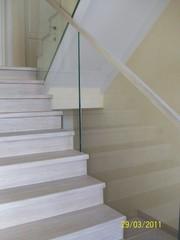 Обшить каркас лестницы.